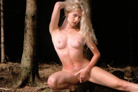Aktbild im Wald